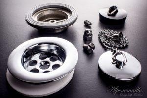 Design-Ablaufgarnitur mit verchromten und schwarzem Gummistopfen
